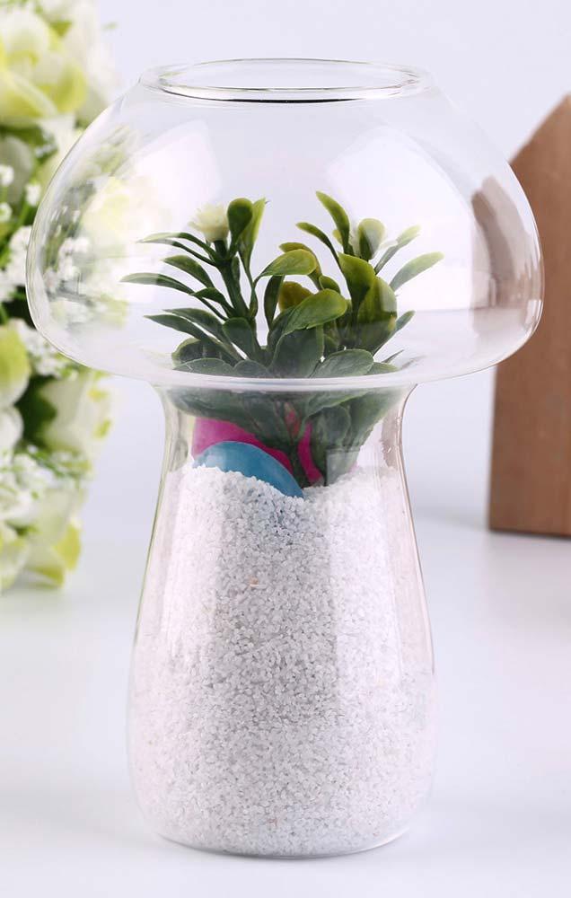 Pedrinhas brancas enchem o vaso invertido