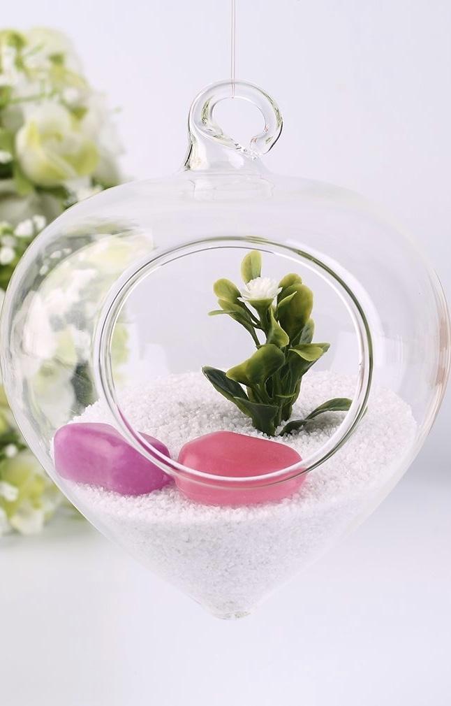 Pedras rosa e lilás dão um toque feminino ao terrário
