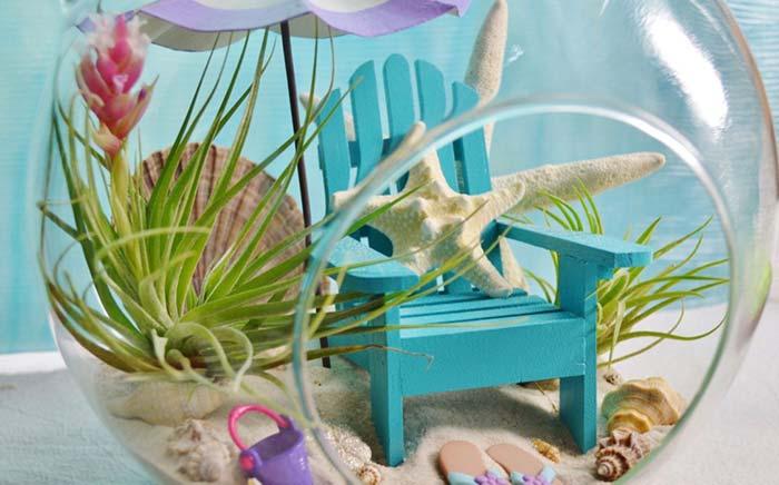 Baldinho, cadeira e um chinelo para criar um perfeito cenário de praia dentro do terrário