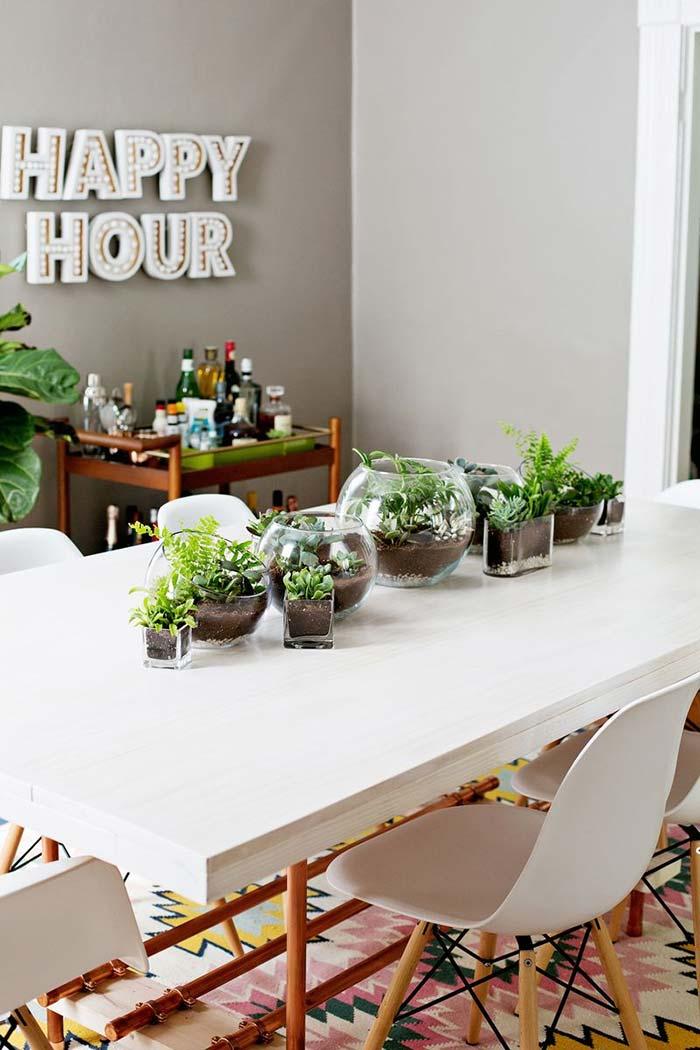 Terrário em tamanhos e formatos diferentes para decorar a sala de jantar