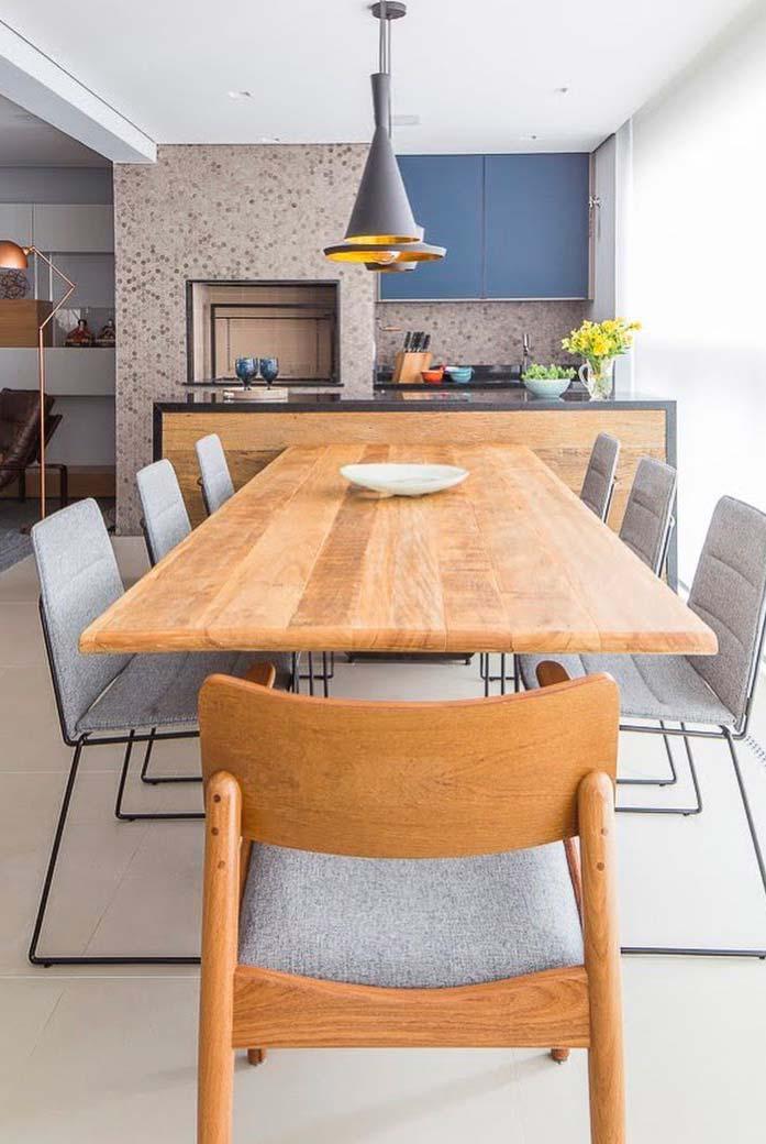 Varanda gourmet com mesa ampla