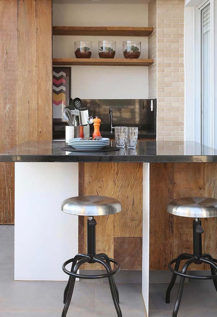 Elementos modernos e rústicos para compor a decoração da varanda