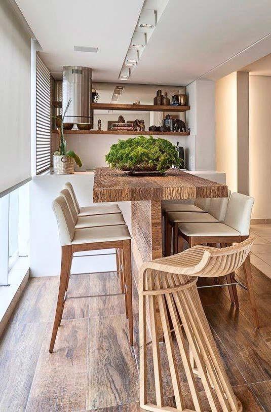 Para um clima mais descontraído, invista em uma mesa alta com banquetas