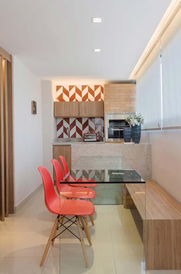 Mesa toda de vidro contribui para um ambiente mais clean