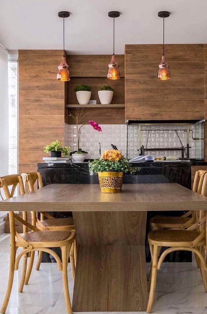 Granito e madeira predominam na decoração dessa varanda gourmet
