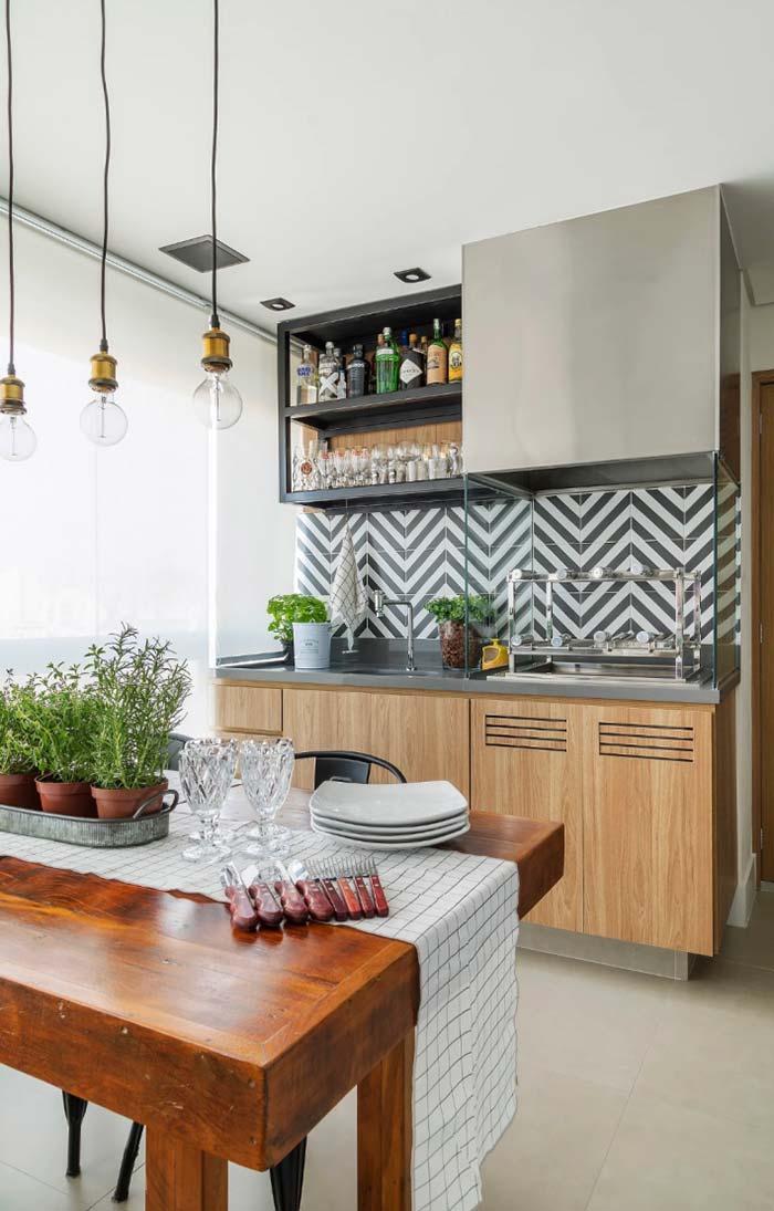 Vasinhos com temperos frescos decoram e, ainda, podem ser usados para deixar a refeição mais saborosa