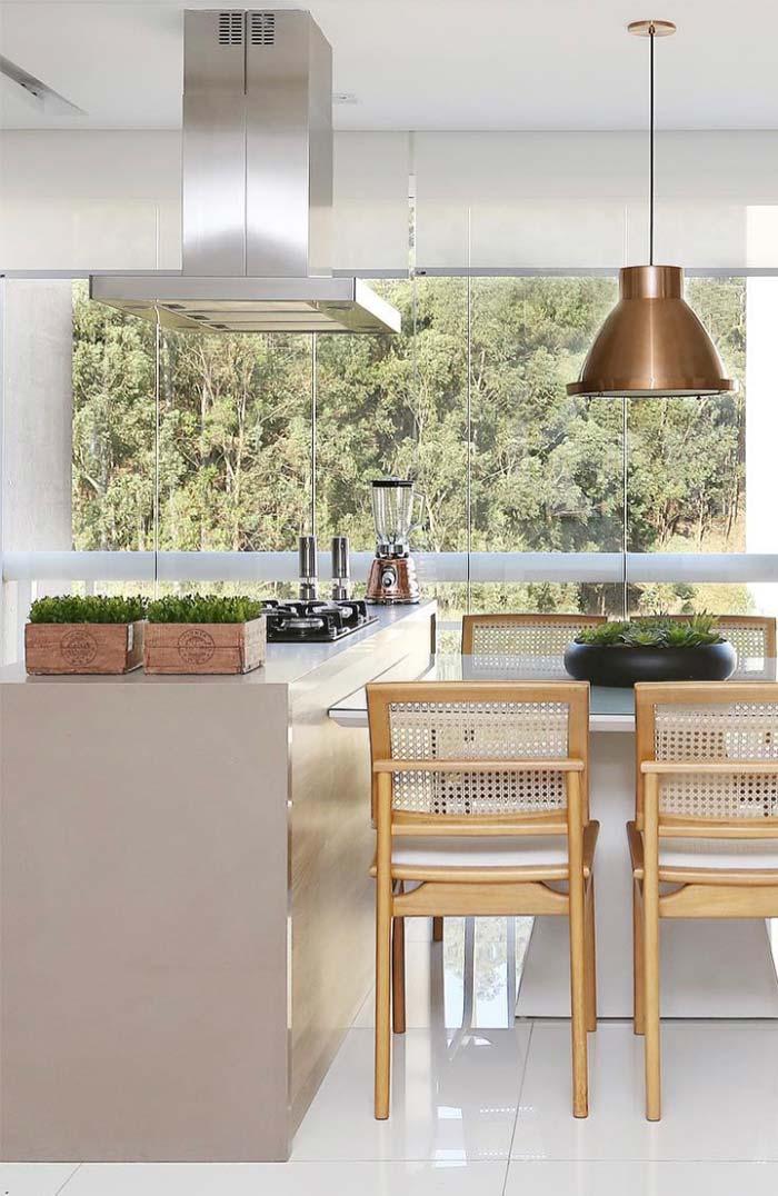 Decoração branca valoriza a vista da janela que parece se integrar a decoração