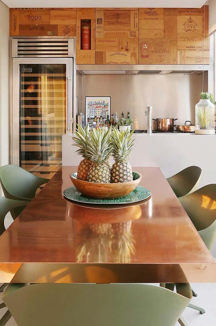 Frutas sobre a mesa decoram no estilo tropical
