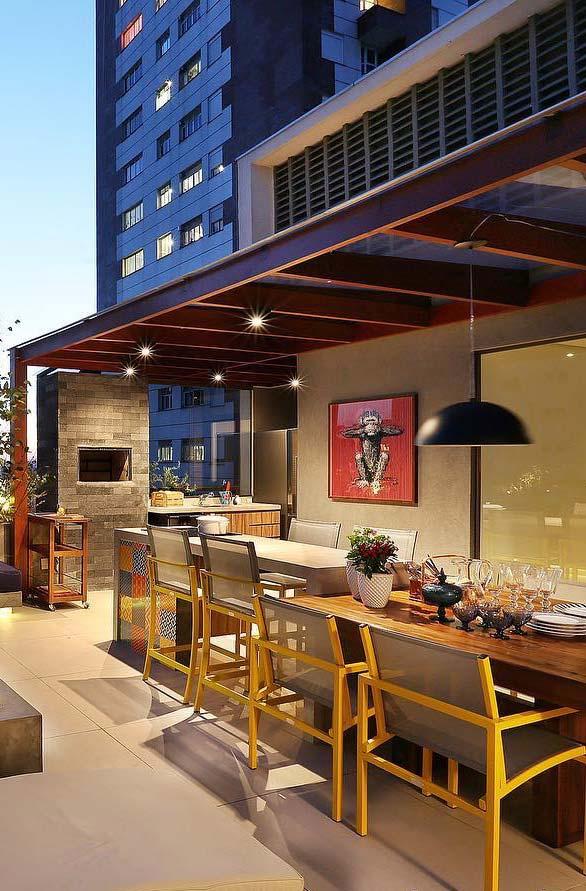 Cadeiras amarelas para uma varanda gourmet mais descontraída