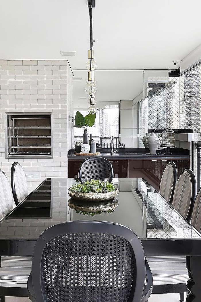 Cadeiras de estilo clássico para uma varanda de cores neutras