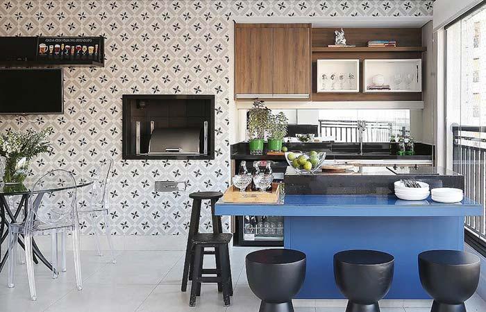 Azulejos garantem o ar retrô da varanda gourmet