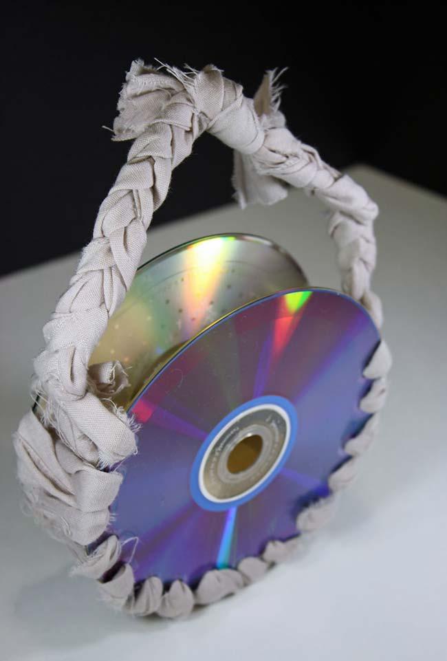 Cestinha com CDs e tiras de tecidos
