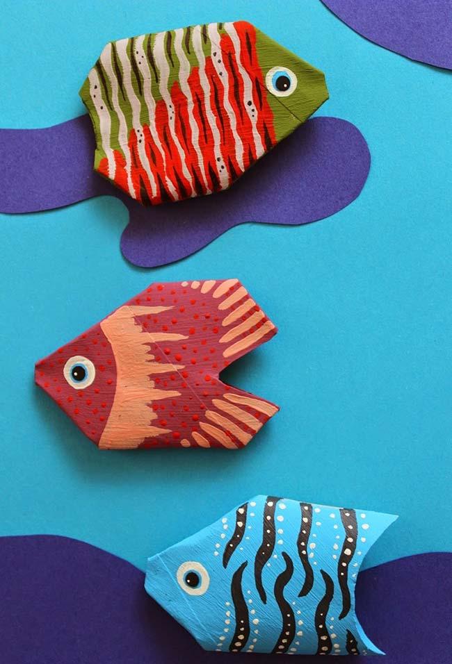 Peixinhos feitos com rolos de papel higiênico