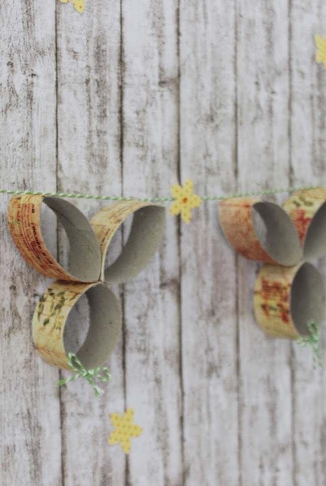 Varal decorativo feito de artesanato com rolo de papel higiênico
