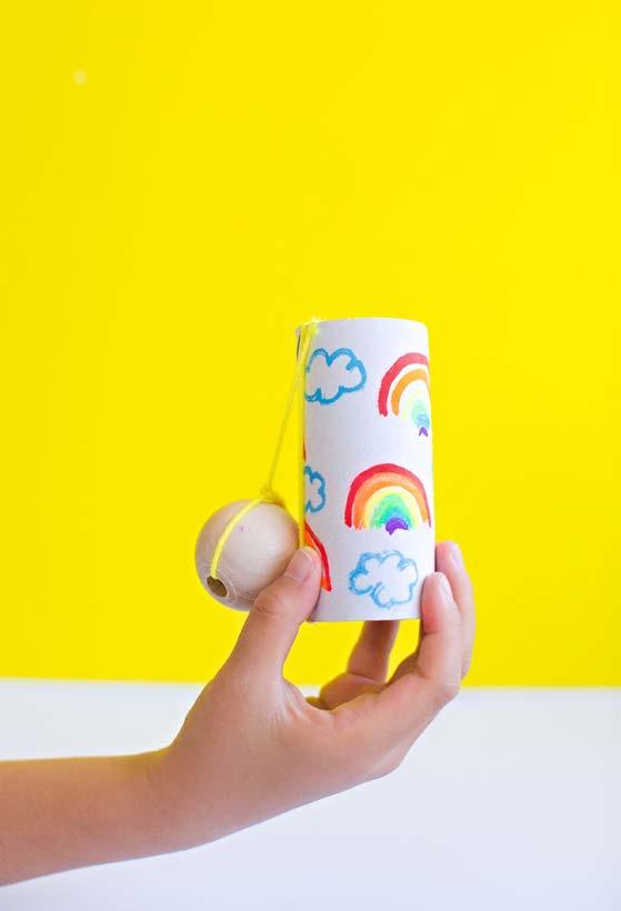 Brinquedo divertido feito de artesanato com rolo de papel higiênico