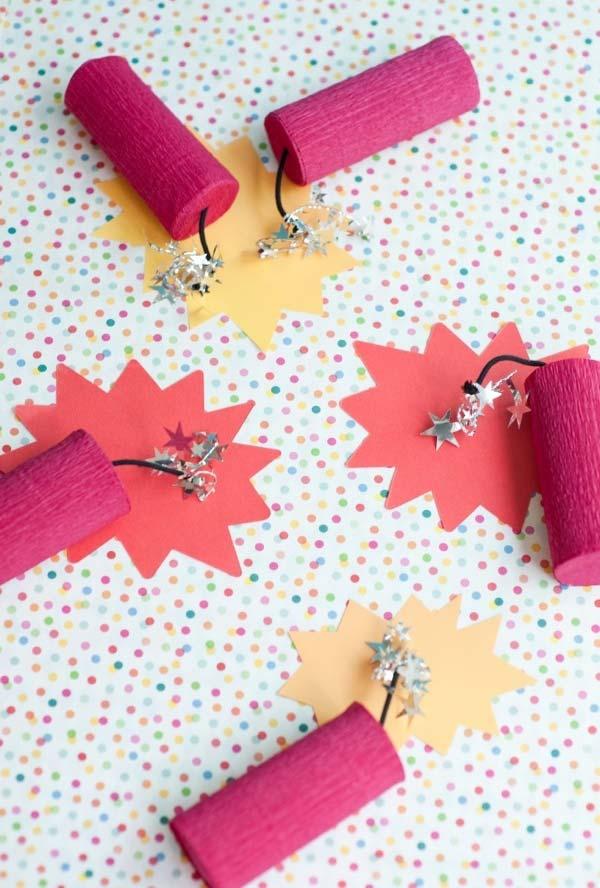 Bombas feitas com artesanato de rolo de papel higiênico