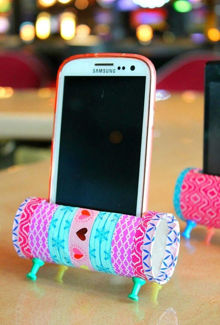 porta celular feito de artesanato com rolo de papel higiênico