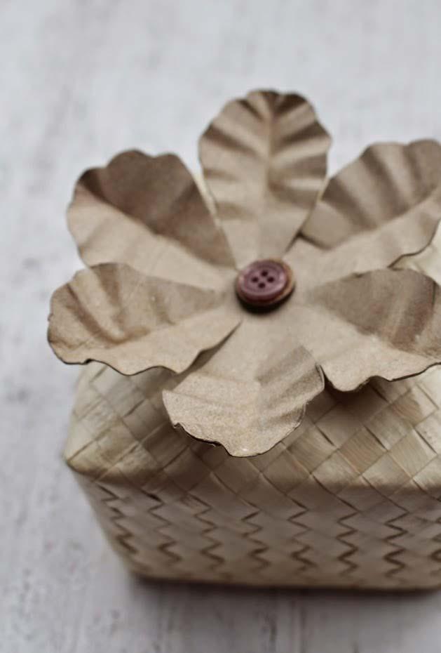 Flor feita com artesanato de rolo de papel higiênico
