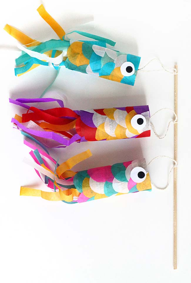 Peixinhos de artesanato com rolo de papel higiênico