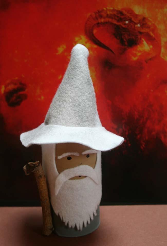 réplica do mago Merlin feito de artesanato com rolo de papel higiênico