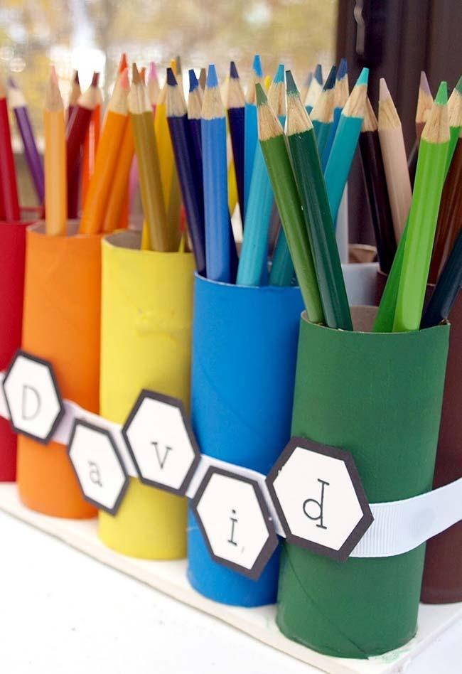 Artesanato com rolo de papel higiênico: para cada cor de lápis um suporte