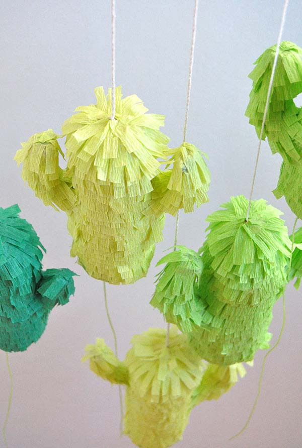 Artesanato com rolo de papel: enfeite decorativo suspenso feito com papel crepom