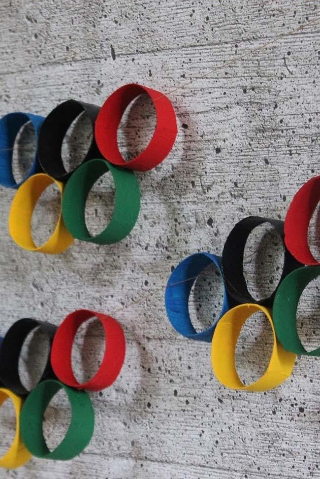 Símbolo das olimpíadas feito com pedaços de rolos de papel higiênico