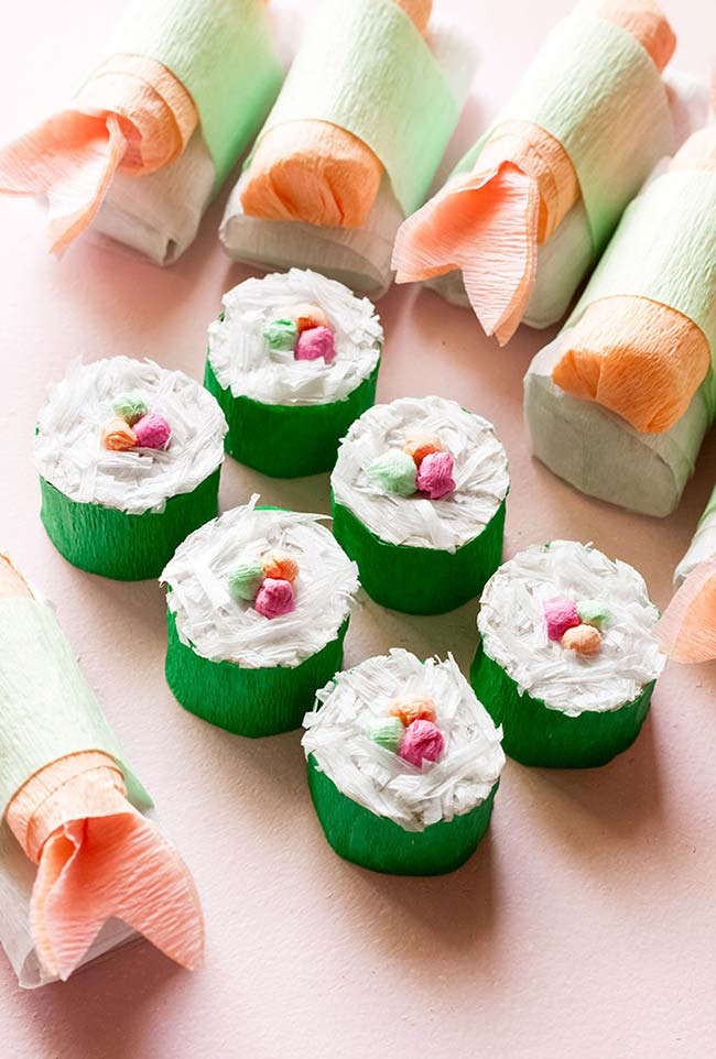 Falsos cupcakes feitos de artesanato com rolo de papel higiênico