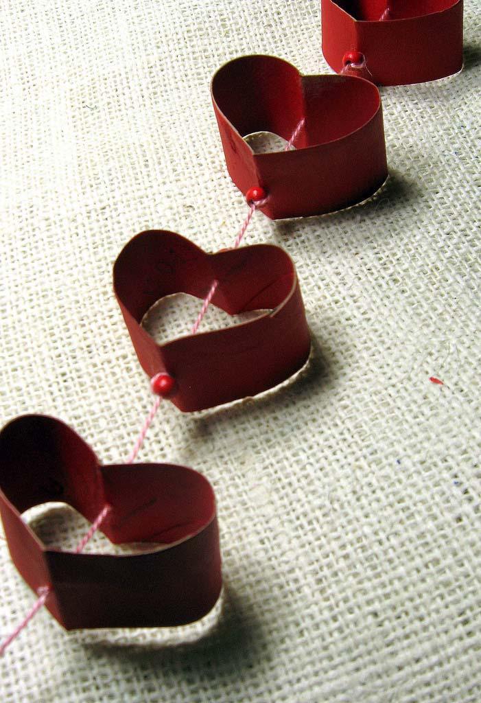 Corações de rolo de papel higiênico podem ser usados para fazer artesanatos variados