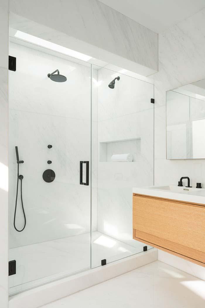 Branco e preto no banheiro moderno