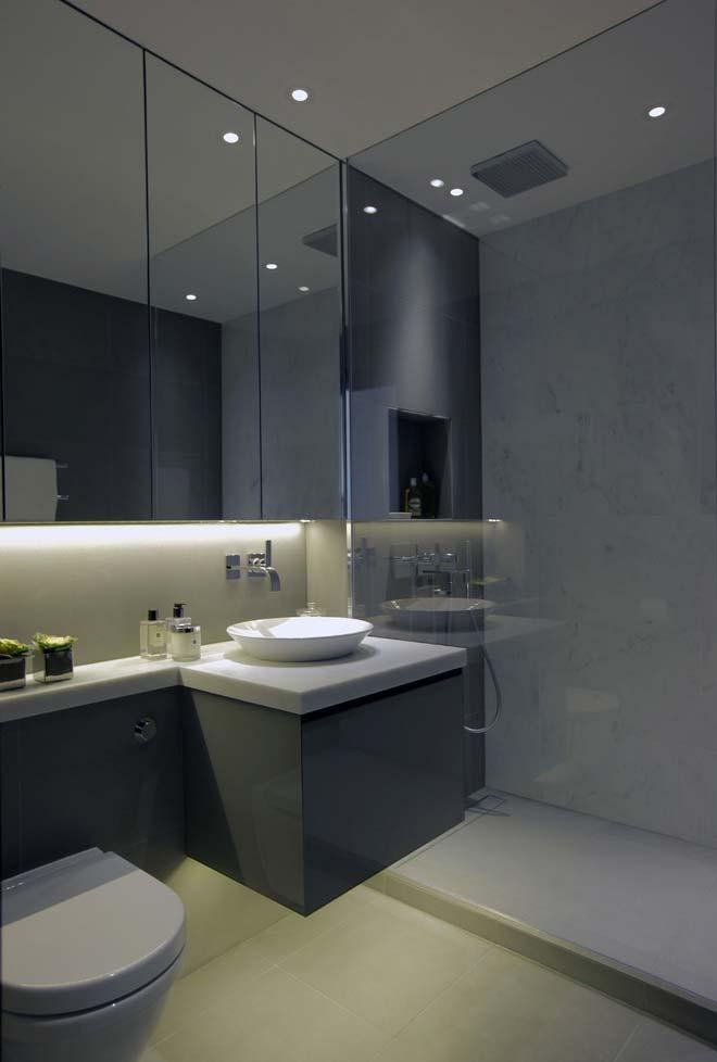 Vidro + espelho grande no banheiro moderno