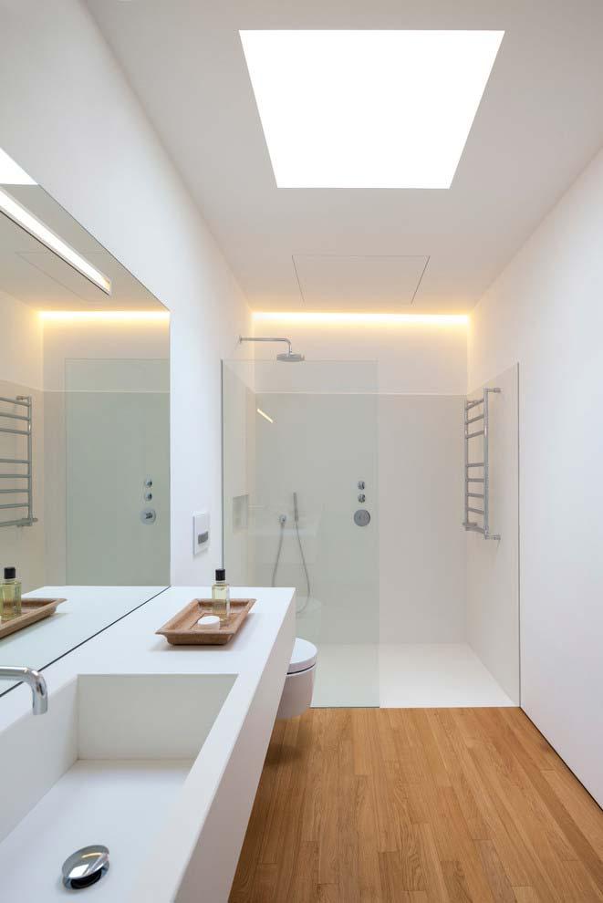 Piso de madeira no banheiro moderno