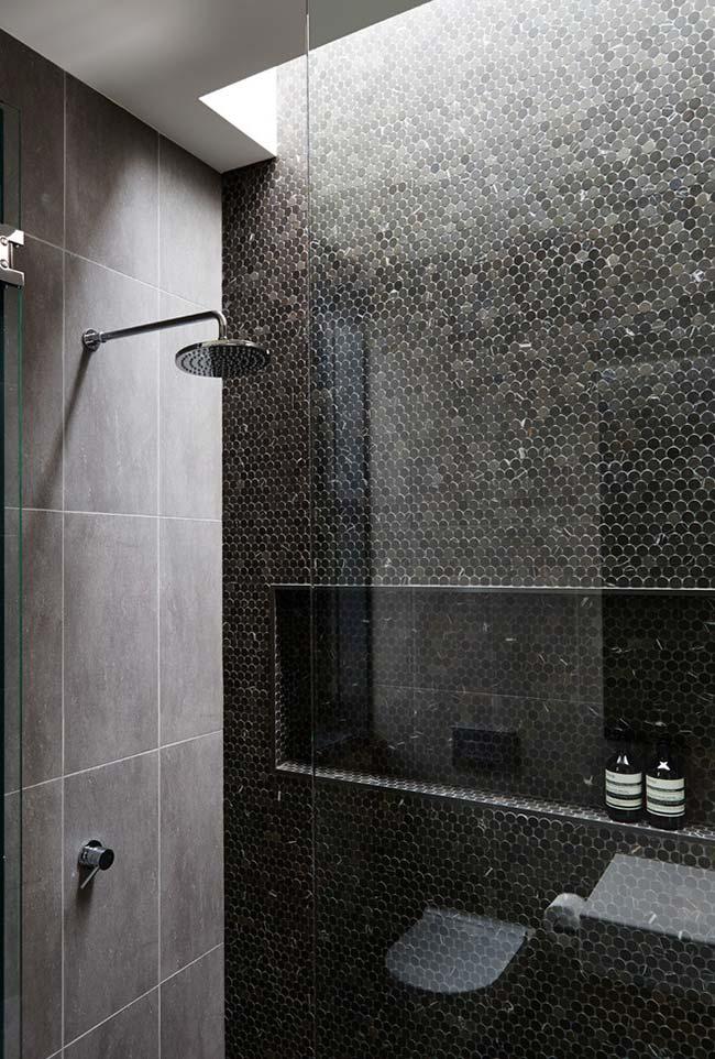 Banheiro moderno com abertura no teto