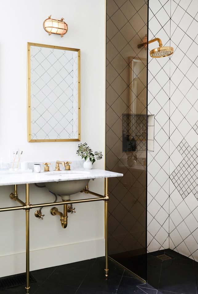 Banheiro moderno decorado com toque antigo