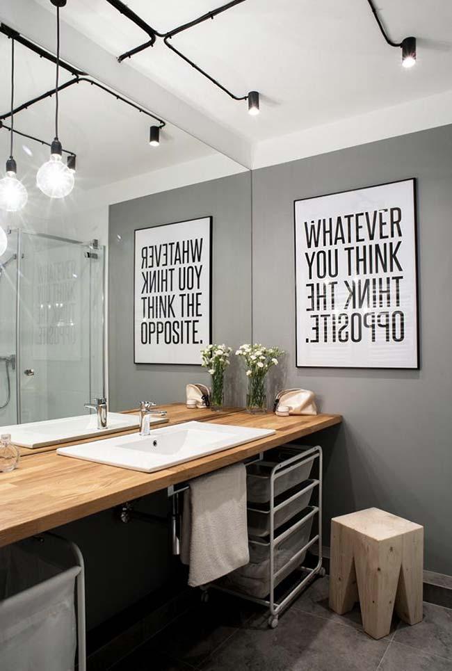 Banheiro moderno com uma decoração pontual