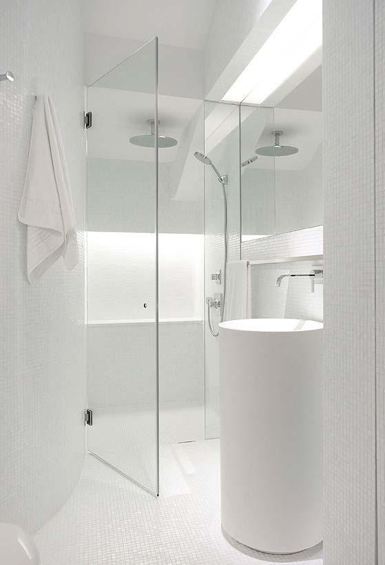 Banheiro pequeno moderno em branco