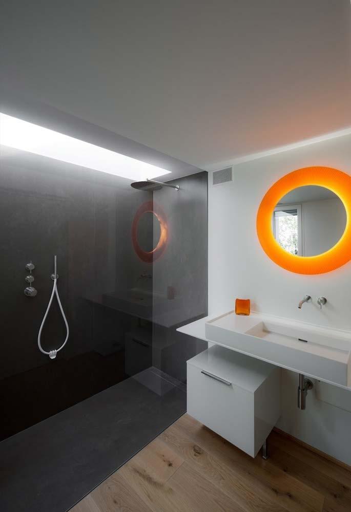 Banheiro moderno com padrão geométrico