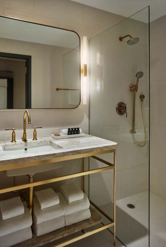 banheiro moderno com detalhes dourados