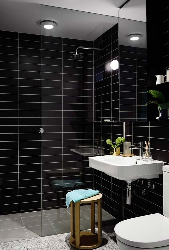 Banheiro com destaque para o preto das paredes