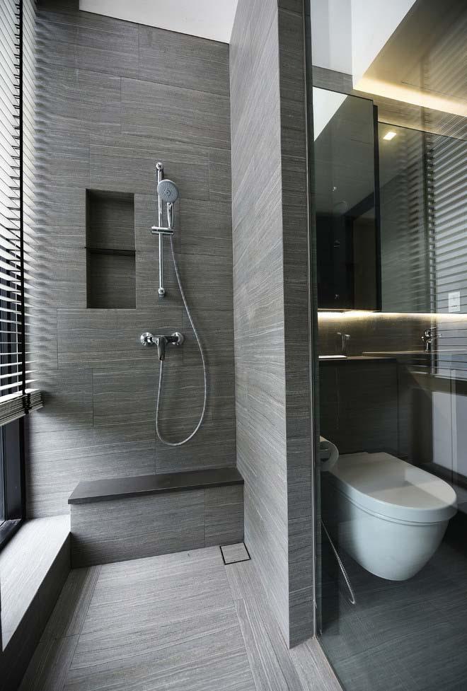 banheiro moderno com um janelão