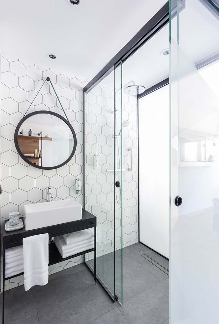 Espelho redondo no banheiro moderno