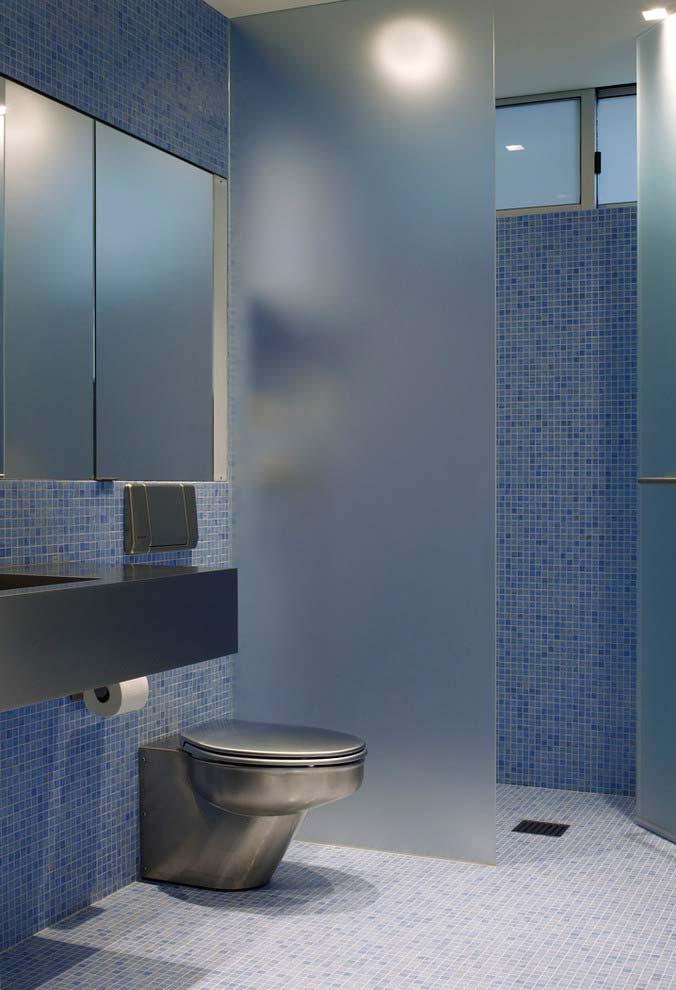 Banheiro moderno com peças hidráulicas cromadas