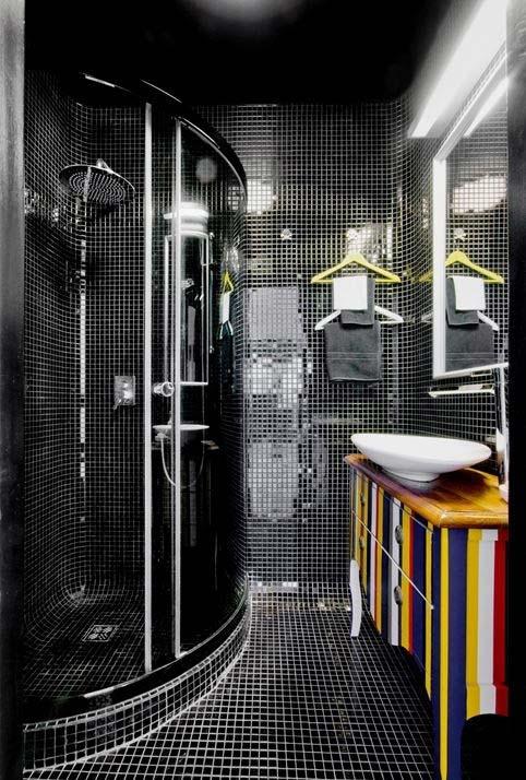 gabinete retrô super colorido num banheiro moderno preto