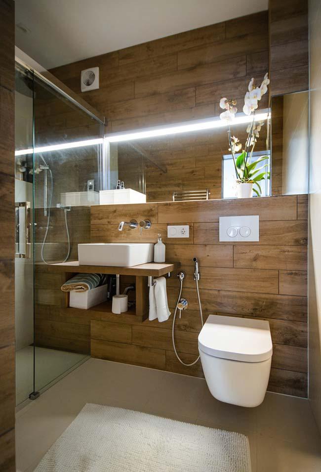 Outro banheiro com revestimento amadeirado