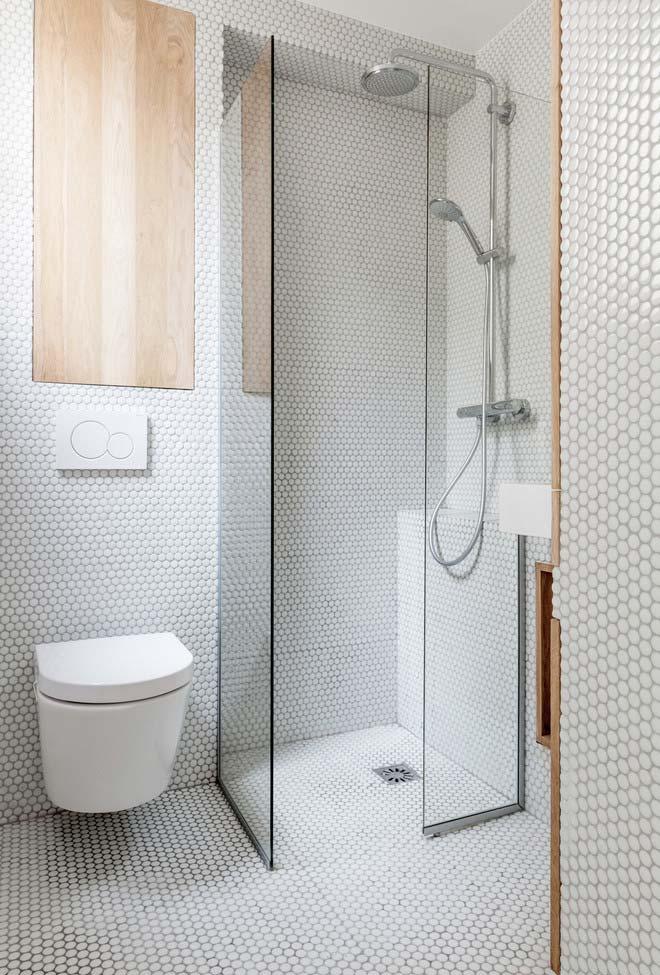 Banheiro moderno com pastilhas hexagonais