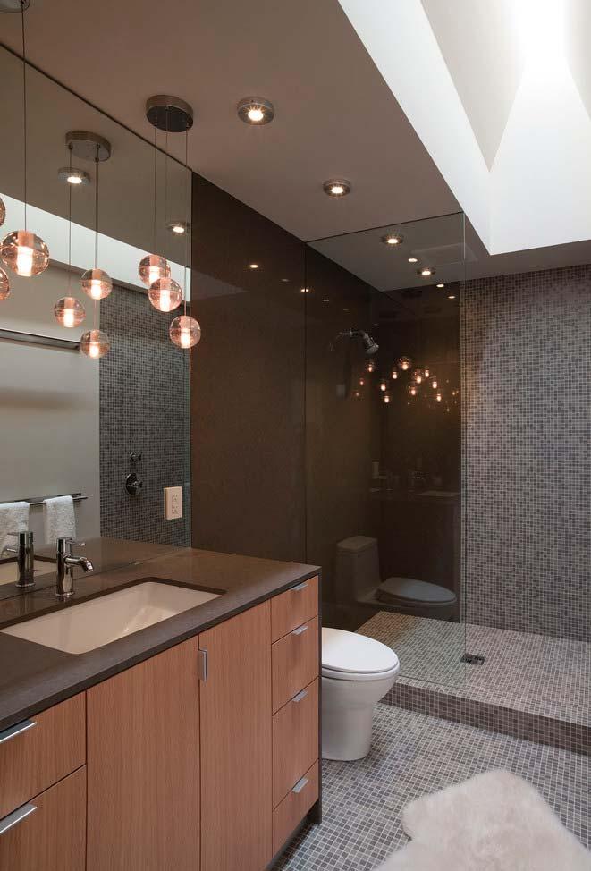 Lustre suspenso no banheiro moderno