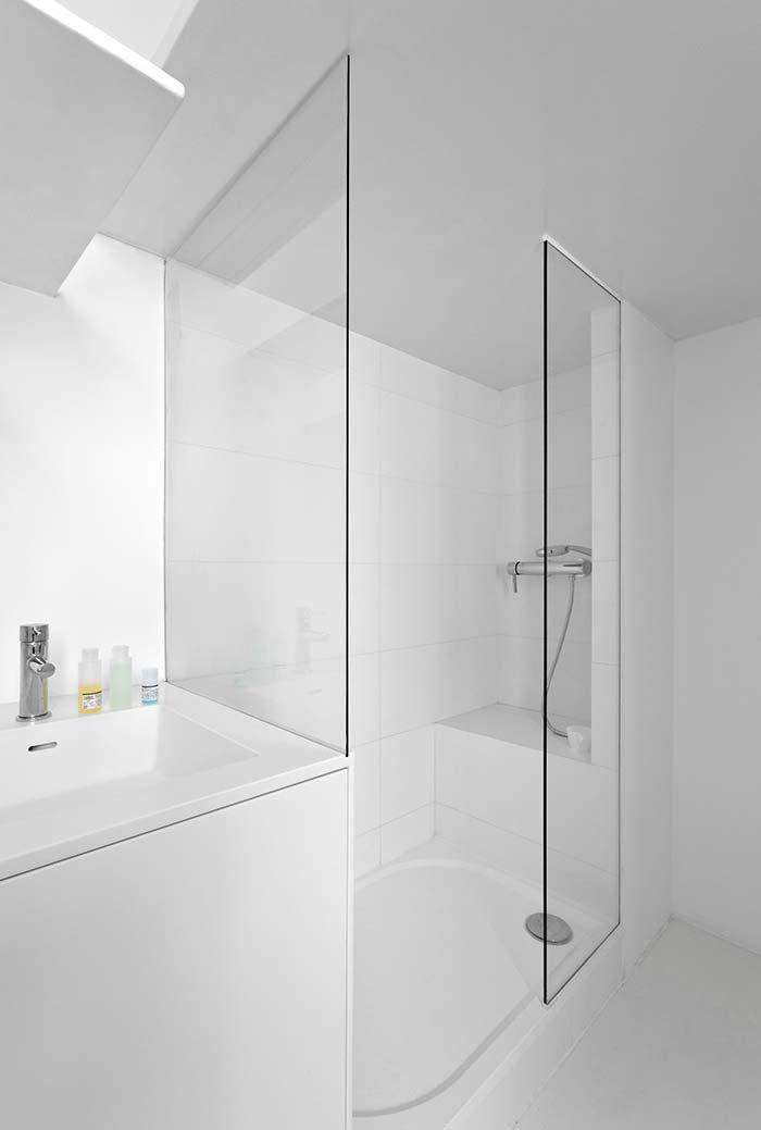 Banheiro moderno em branco com banco de alvenaria