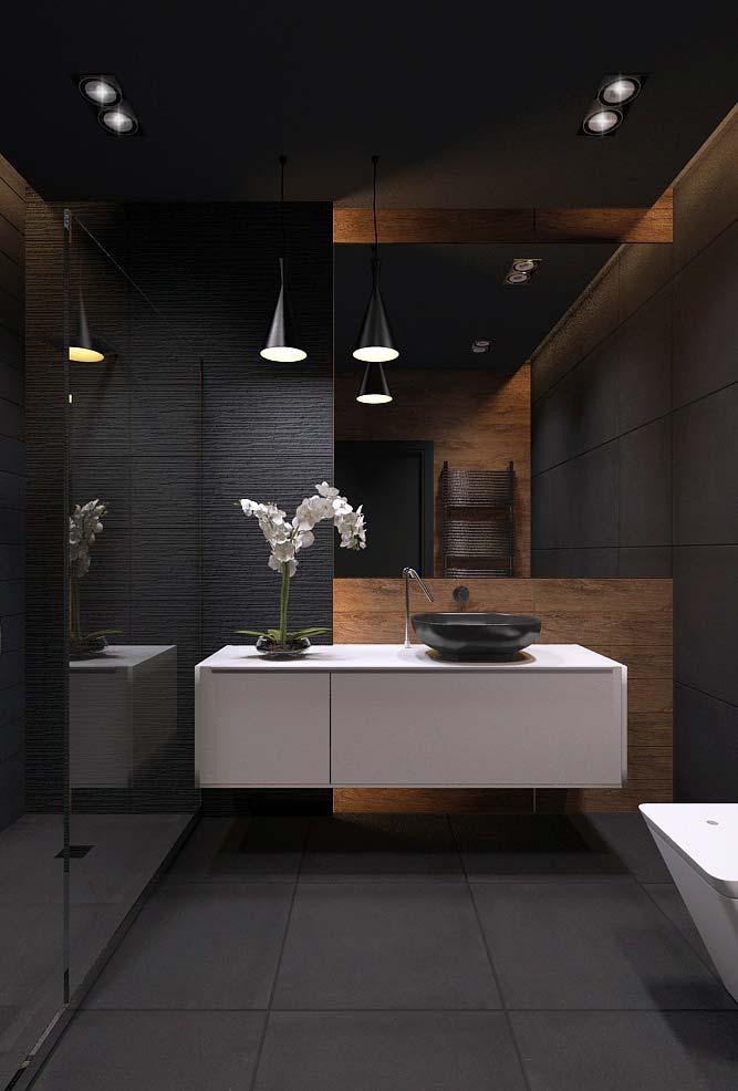 Banheiro moderno com teto escuro