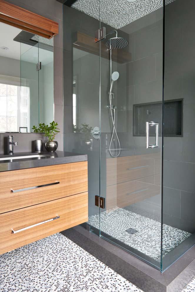 Banheiro moderno com detalhe de revestimento no teto do box