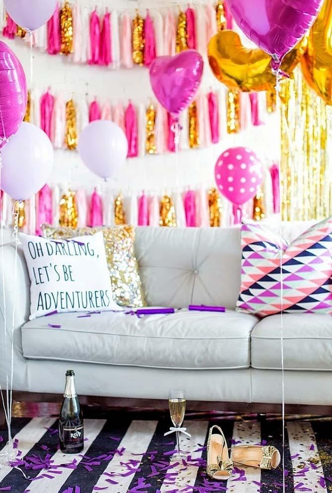 No clima de comemoração, você pode ir para um estilo mais glam e fazer uma decór rosa e dourado